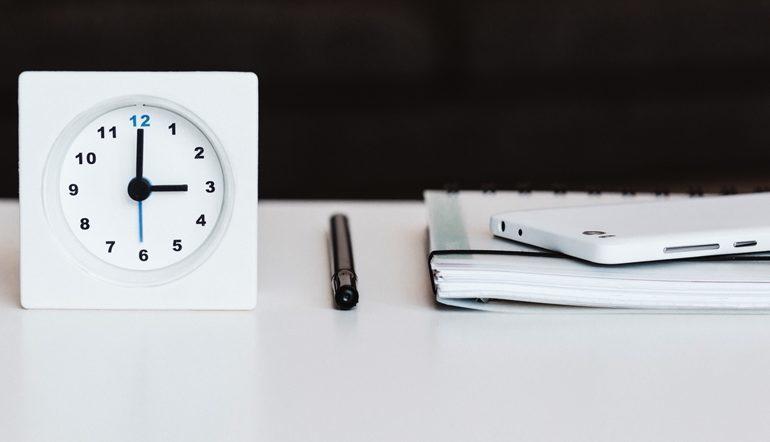 quare white desk clock